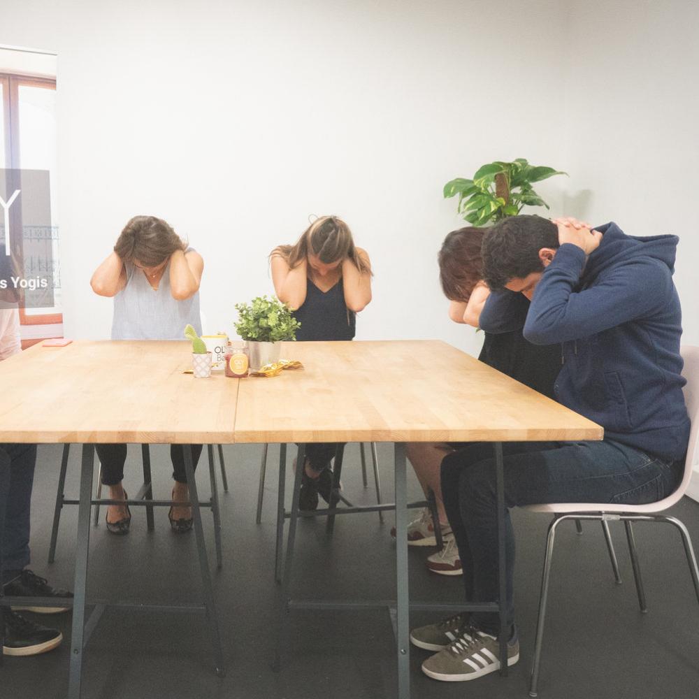 Yoga au bureau : 6 exercices pour se détendre à réaliser sur sa chaise -