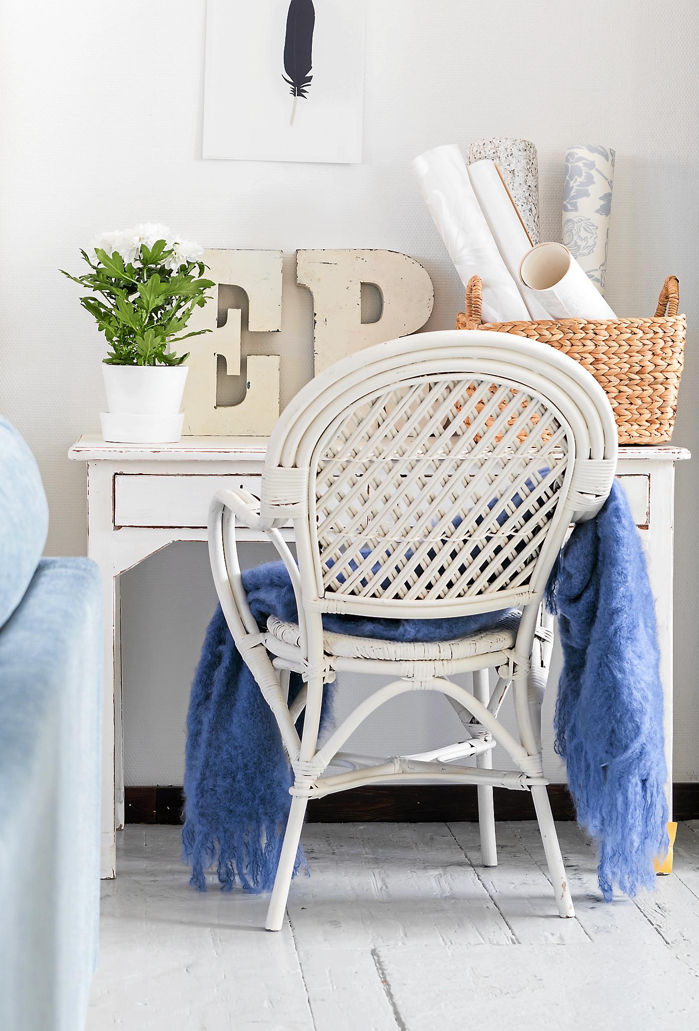 Stolen är ett loppisfynd som målats med Jotuns helmatta snickerifärg Skandinaviskt ljus, 1 073 kr för 2,7 liter. Pläd 1 990 kr, Bruka. Skrivbord, 3995 kr, Soulo-sofie.com. Fjäderbild, 59 kr för två, Ikea. Korg, 299 kr, H&M Home.