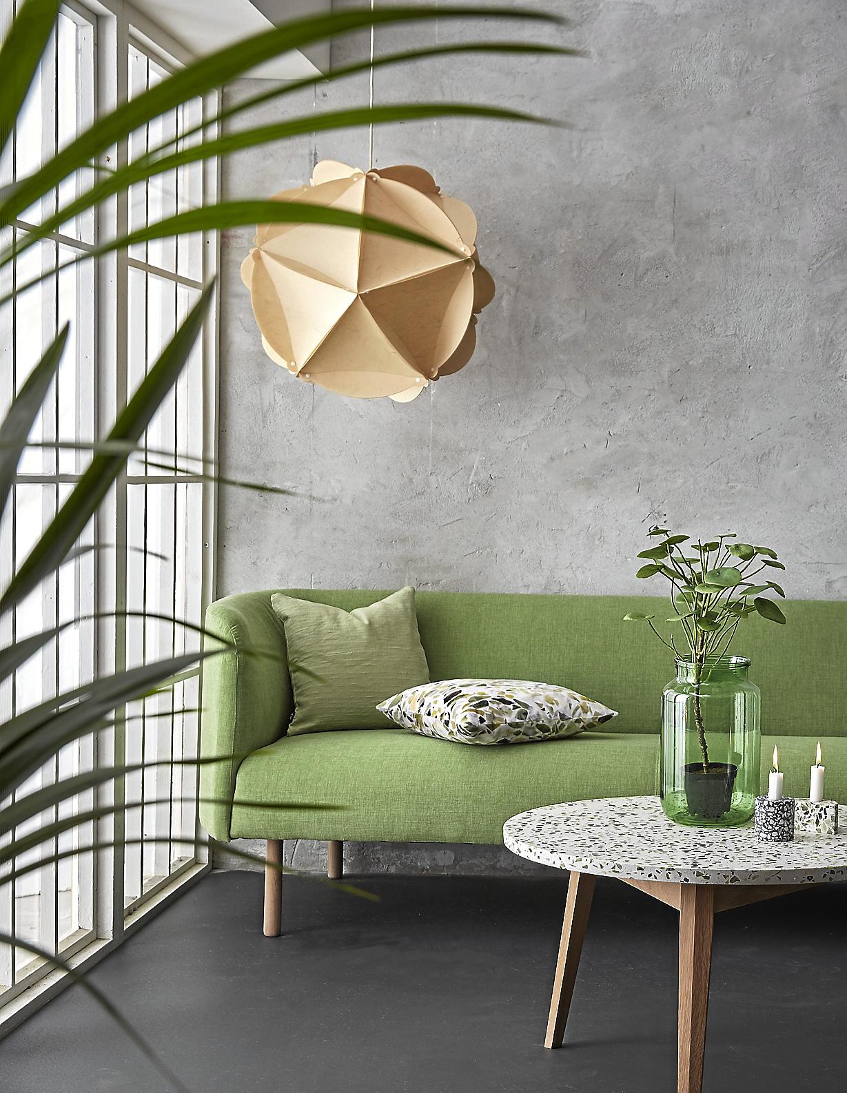 Smaragdgrönt, mossgrönt och flaskgrönt. En av vårens riktiga trendfärger kommer nu även på möblerna. Kombinera med gröna växter och material som trä och terrazzo. Lampan av återvunnet papper, 999 kr. Soffa, 7 899 kr. Soffbord, 3 199 kr, allt från Ilva.