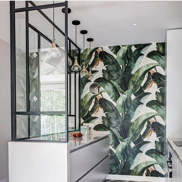 Botany Banana heter tapeten från @photowall_sweden som vi har väldigt svårt att motstå just nu. Vi funderar på fondväggen i köket. Och så älskar vi dessutom grönt, som ni hört förut kära följare.🌱🌿🌱☀️☀️Skön söndag! #hoshimma #wallpaper #gröntärskönt #köksinspiration #kitcheninspo #tapet #homeinspo