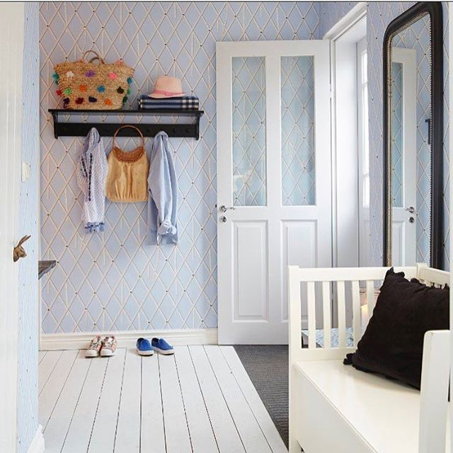 När sommaren råder faller vi in i det ljusa och enkla. Våga satsa på blanka vita trägolv! Så skönt för bara sommarfötter att gå på! @carolinetengenfotograf #hoshimma #vitagolv  #sommarkänsla #scandinavian #homestyling