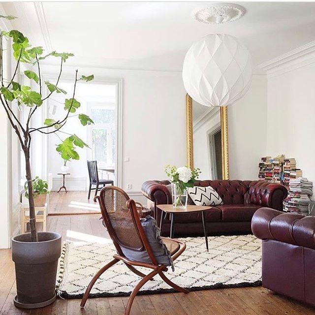 Svårt att släppa det gamla vanliga vita? Dra in mörka träslag, läder, stora växter och en gnutta guld! Då slipper du måla om väggarna! Allt går att hitta på secondhand-marknaden! #heminredning #vintage #krukväxter #livingroom #pialampa #scandinaviandesign #svenskahem bild lånad av @whatdecoratesmyday