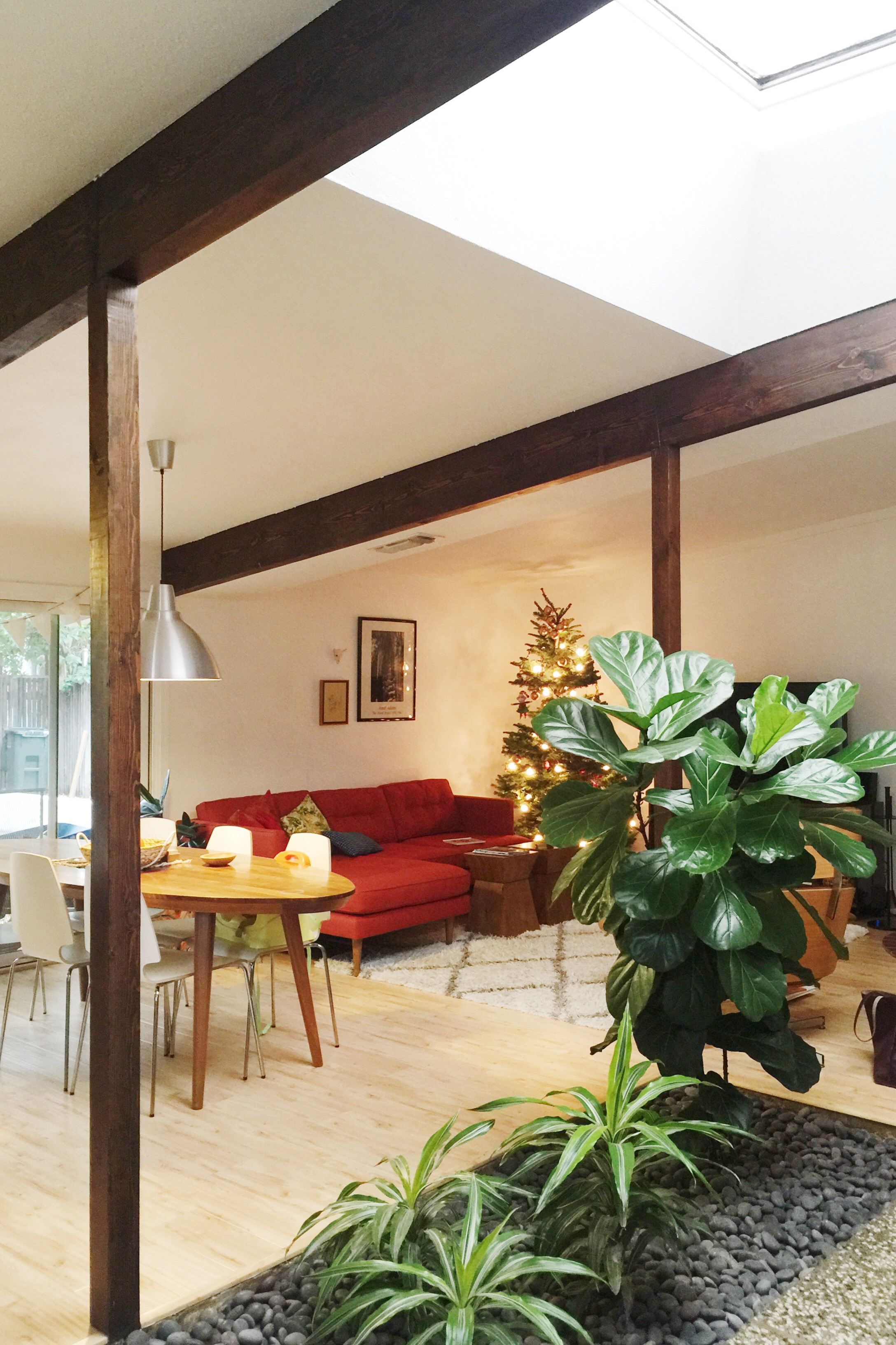 Exposed beams and atriums: the heart of the house.