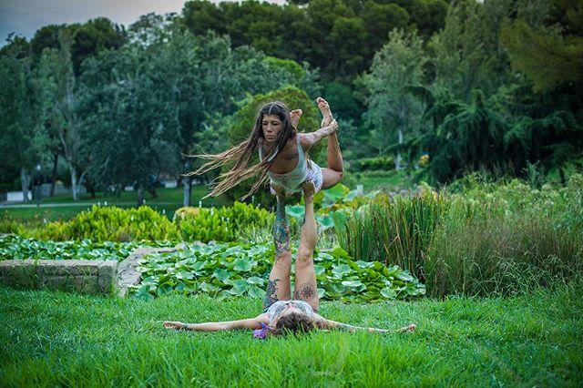 Taller de Acroyoga para Principiantes, sábado 28 de Septiembre. Comenzamos con un círculo de iniciación para conocernos y empezar a soltar el cuerpo, seguido por una mini clase de yoga dinámica con un enfoque especial sobre tecnicas de centro y recursos para verticales.  Después, dividimos en tríos para enseñar, paso por paso, las figuras y transiciones más básicas del Acroyoga. Finalizamos con masaje Thai y estiramiento en pareja para relajar. Horario: 11-13:30 Precio: 28€ 25€ parejas  Lugar: Parque Ciudadela  Reserva Inbox  #waheguru_ji  #partner @corazondehojalata  #shooting @_adinailie_  #acroyoga #barcelona #principiantes #yoga #sisters #gypsy #gypsyoga #hippie #fairy #volar #ciudadela #park #nature