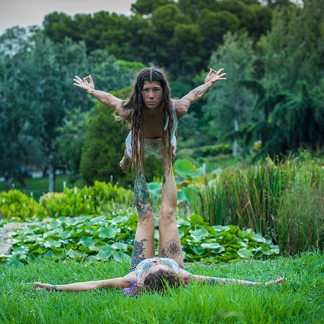 Próximo Sábado 28 de Septiembre, Taller de Acroyoga para Principiantes.  El acroyoga fusiona elementos del yoga, masaje tailandés, danza y circo. Es una divertida manera de entrenar y relajar. Trabajaremos elementos básicos para que puedas desarrollar tu práctica de acroyoga con seguridad y confianza.  Lugar: Ciudadela  Horario: 11-13:30 Precio: 28€  Descuento Parejas 25€  #partner @corazondehojalata  #shoot @_adinailie_  #arte #dance #thai #massage #acroyoga #barcelona #despedida #natural #fly #flow #yoga #yogasana #lauracalventeyoga #gypsy #sister #wich #heart #happy #conection