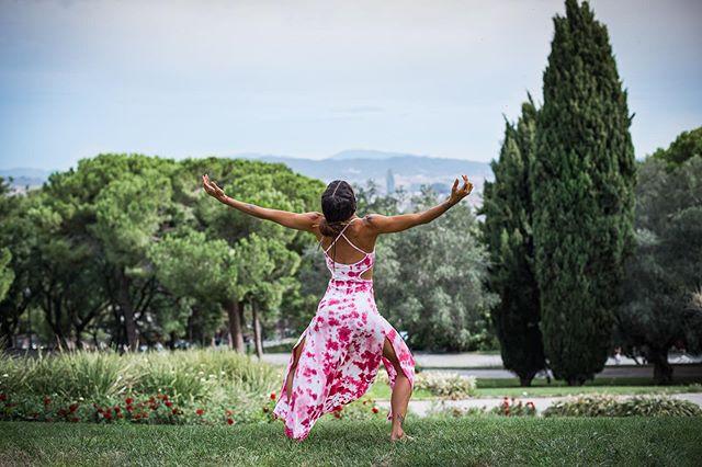 Con el corazón lleno y con una gran sonrisa en él, me despido de la hermosa Barcelona. Puertas abiertas de casa hasta el dis 16 de Octubre para desprenderme de todo. Quieres ayudarme aportando ven a casa y elige lo que más te resuene.  Agradecida y Bendecida  Que el gran Espíritu me guíe, caminando mi destino.  #shoot @_adinailie_  #despedida #barcelona #puertasabiertas #love #empowerment #woman #witch #red #rosa #cactus #pigment #nature #dye #handmade #dress #arte #asana #yoga #dance #shaktipower #tulum #lauracalventeyoga #gypsy #hippie