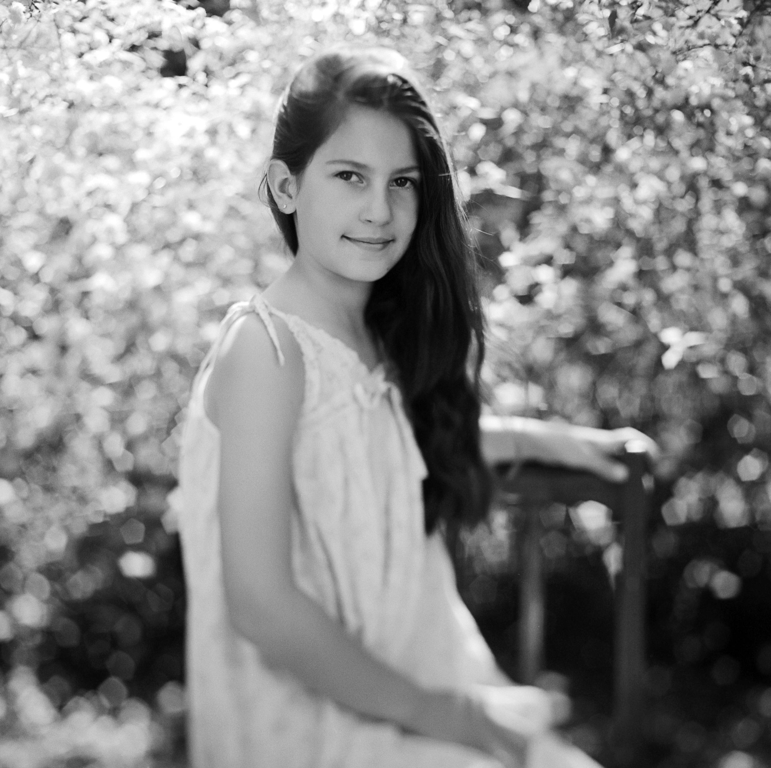 analog-portrait-kinderfamilienportrait- georg schmidt fotograf aus aschaffenburg-trix400-mittelformat-gefühlvolle bilder-schwarzweiss-kunstvolle fotografie.jpg