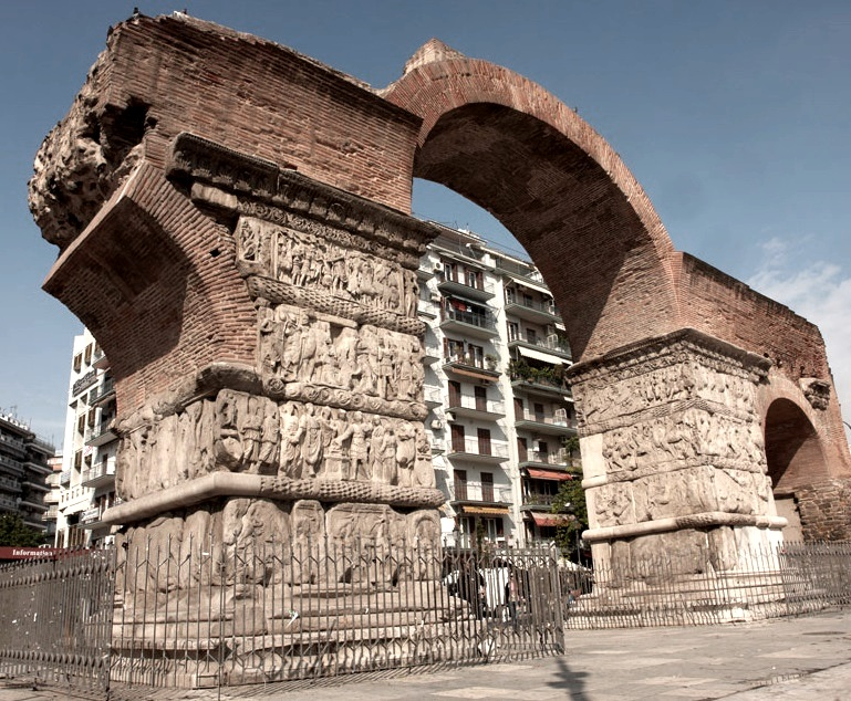 The Arch of Galerius today (above), and a reconstruction of its possible appearance in the 4th century (below, from  this website ) - the friezes of relief sculptures would almost certainly have been painted.