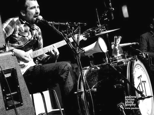 Der Winterthurer Blues Trasher alias Tongue Tied Twin ist einer von diesen Ein-Mann-Orchestern die uns mit ihrem energiegeladem und wildem Rock n Roll immer wieder beglücken! Der gute T.T.T. wird uns mit seinen schmutzigen Slide-Gitarren-Riffs auf seinen selbergebauten Gitarren, mit Hi-Hat, Kick-Drum, Bluesharp und Megaphon mächtig eins auf die Mütze geben!