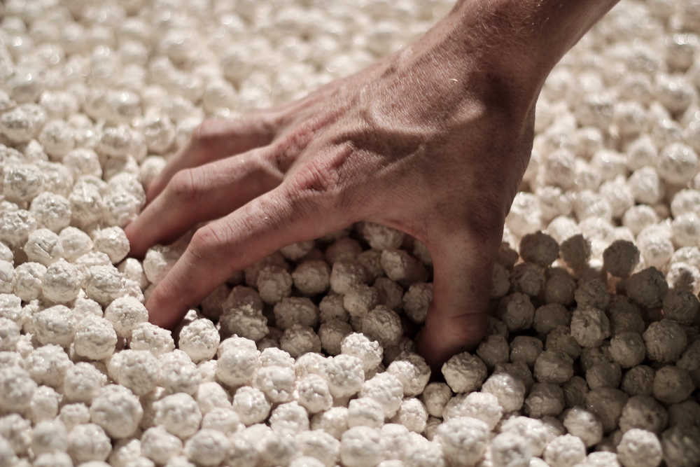 In One Drop of Blood, ceramic artist Dan Elborne uses twenty thousand porcelain balls to represent the number of white blood cells in a single drop of blood.   ©  Ben Tupos (used with permission)