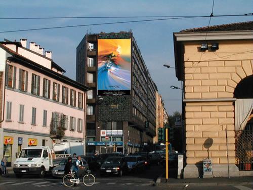 La gigantografia di un opera di Rodolfo Viola ospitata in Piazza 24 maggio a Milano