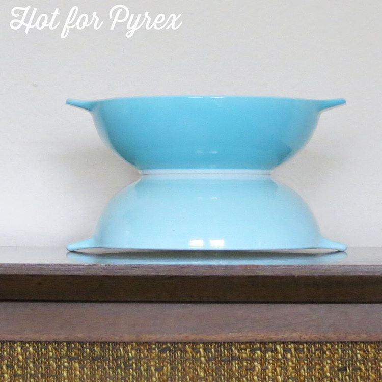 Day 84 of 100 - The last photo in the Rare Family Flair trilogy.  The bottom dish is the standard blue ff, and the top dish is the harder to find turquoise shade.  The htf version is missing a back stamp.  #pyrexpassion #pyrexporn #pyrexaddict #pyrexia #pyrex100 #100hfp #love #hotforpyrex #htfpyrex