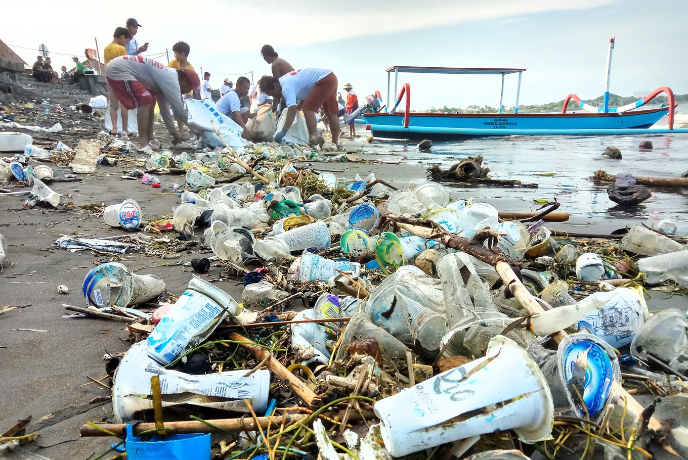 People living near Matahari Terbit Beach in Sanur, Bali, work together to clear trash, mainly plastic bottles and food packaging, from the beach. (JP/Zul Trio Anggono)