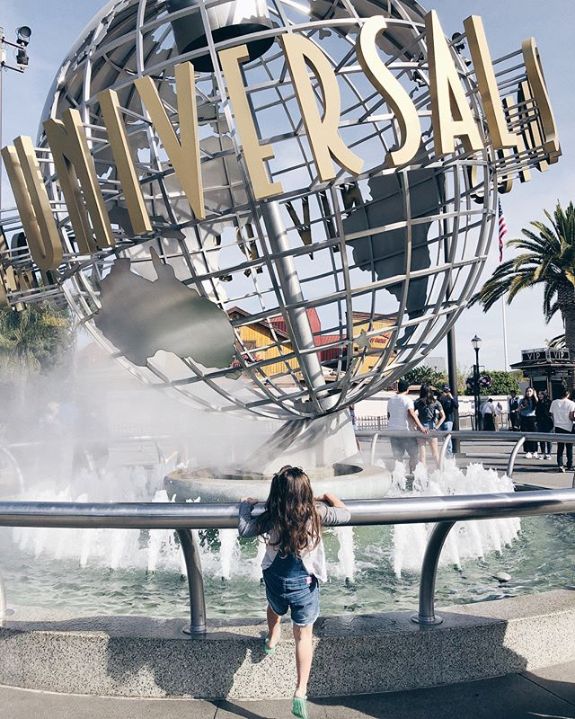 Meanwhile in Los Angeles, a curious 3 year old embarks on a @unistudios adventure 🌍 Swipe left →  to catch some contagious giggles!