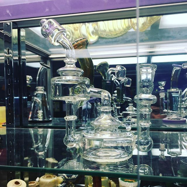 Beautiful recycled rig available online or in store DM for any info or if you would like to purchase @euphoriabellmore #rig #oil #710 #wax #dabs #concentrates #forsale #glass #handblown #psychedelic #euphoria