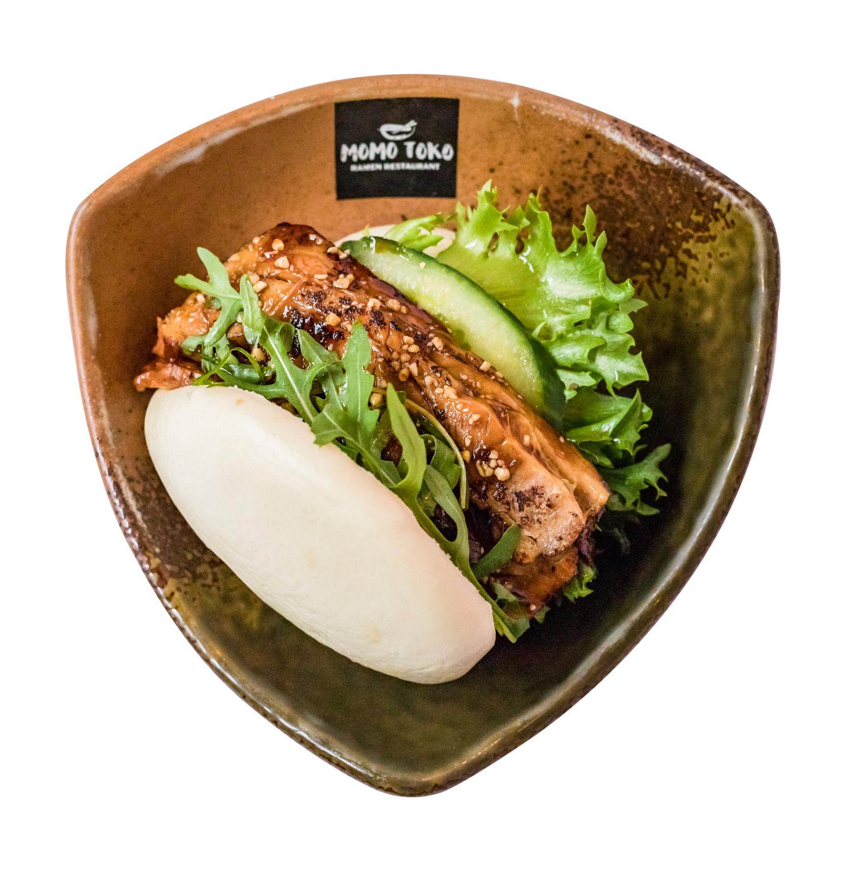 Original Bao -6,50€ - Höyrytetty Bao, Uuni Porsaankylkeä, Salaattia, Kurkkua, Rucolaa, Kevätsipulia, Pähkinöitä & Brown Rock Sugar(G, SP, P)