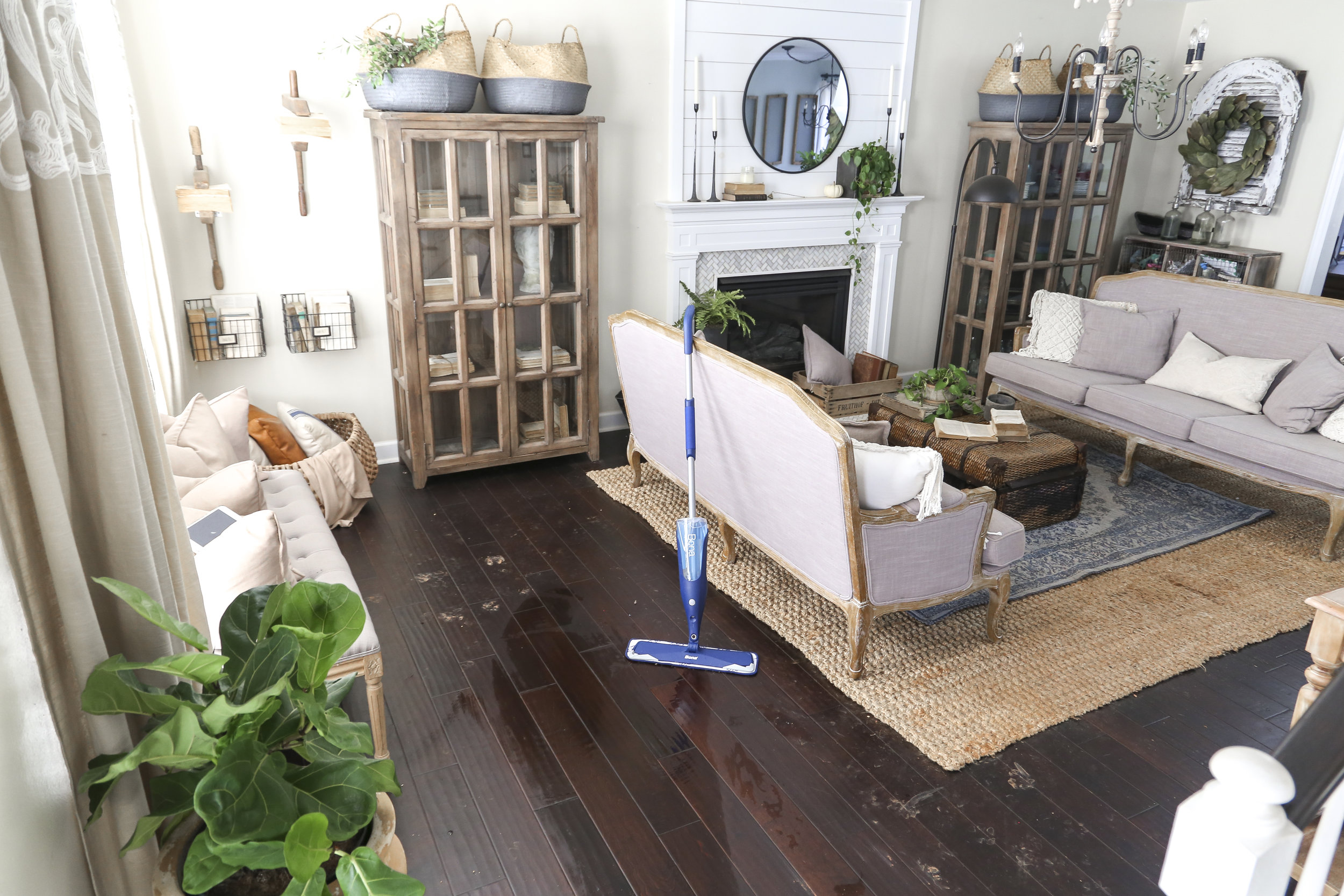 How to keep your house and floors clean with pets- 5 simple steps that will leave your house smelling fresh and clean.