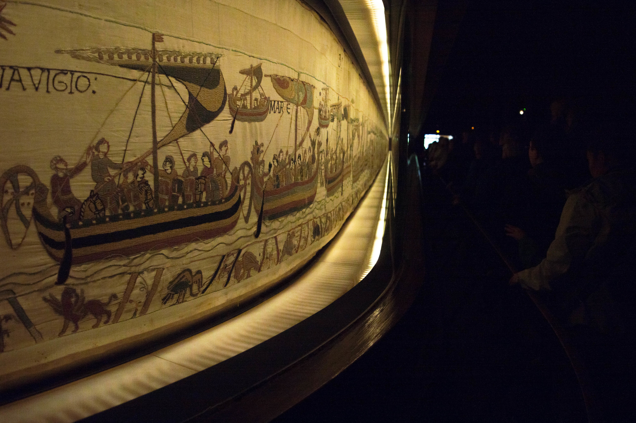 Bayeux_Tapestry_in_the_museum.jpg