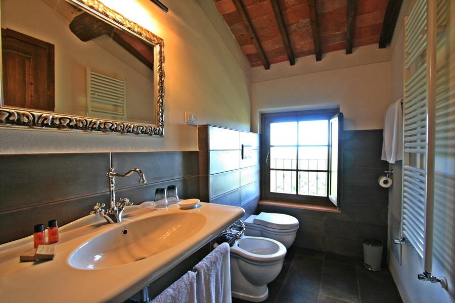 deluxe junior suite bath.png