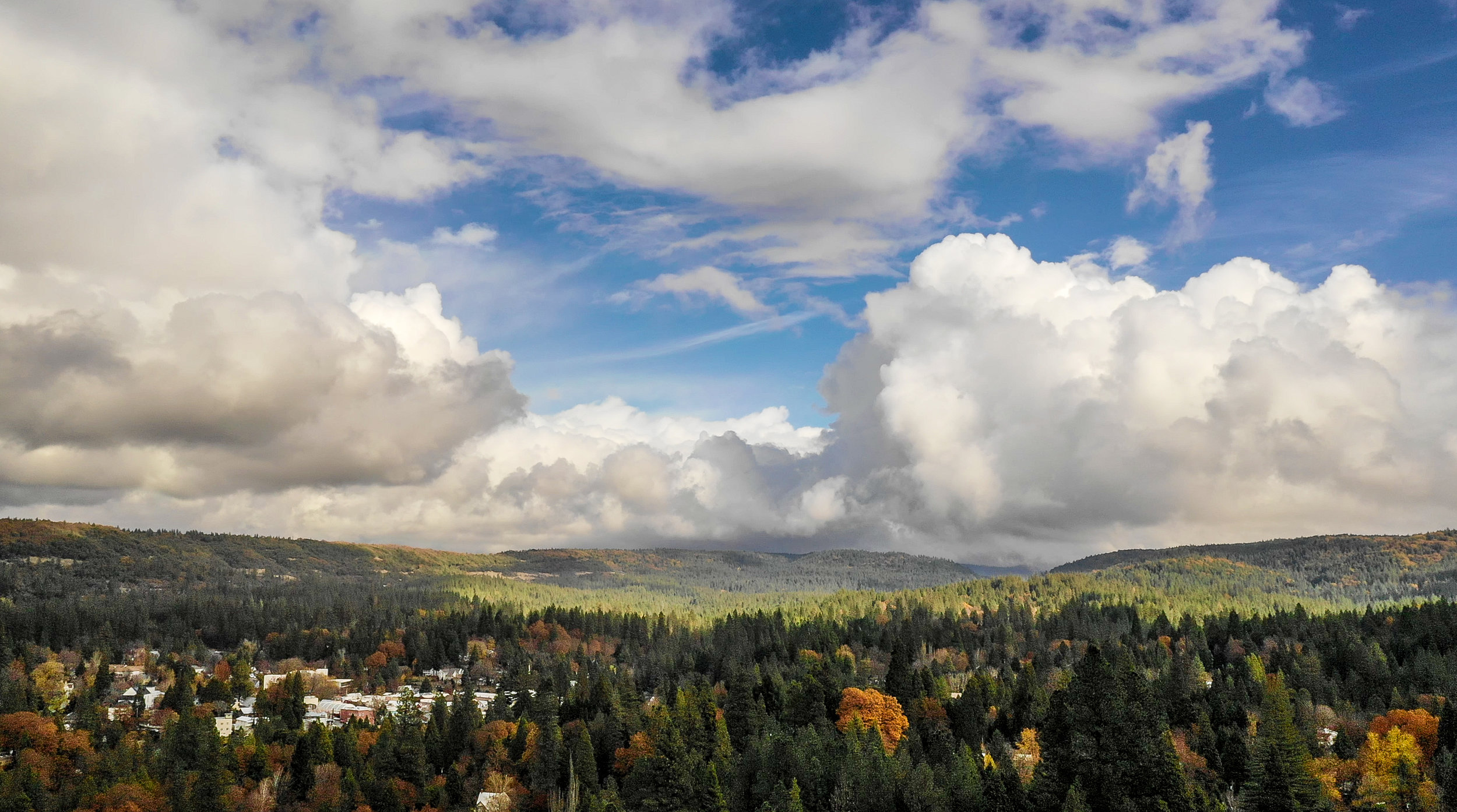 A DRONE VIEW AT 400 FEET AGL TOWARDS NEVADA CITY, CALIFORNIA. NOVEMBER 28, 2018