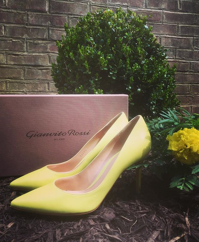 Spring is here and I can't wait to wear these beautiful @gianvitorossi pumps. One of my favorite color combos is yellow and navy. Thank you to @netaporter for these beauties. #lookgreatfeelgreat #shoesdaytuesday #popofcolor #personalstylist #leahbprice