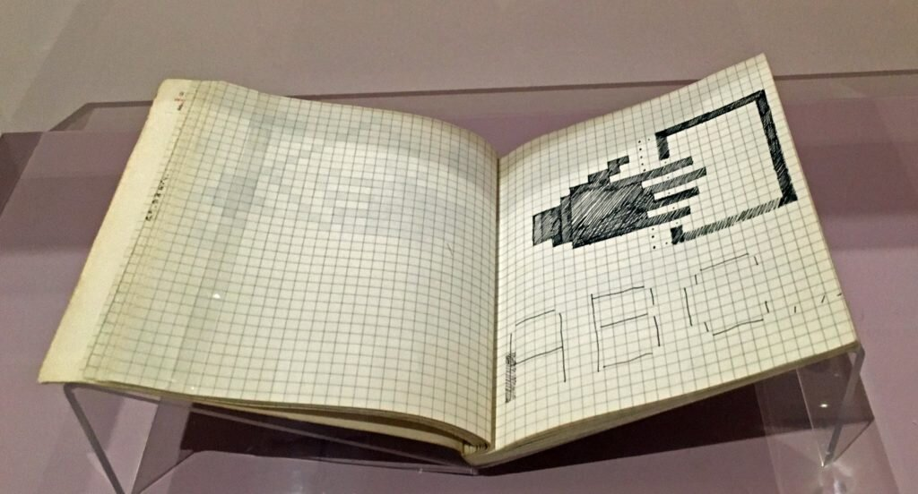 لاحقاً عُرض النوت بوك التي استخدمته سوزان كير في تصميم الأيقونات بمعرض التصاميم في لندن.