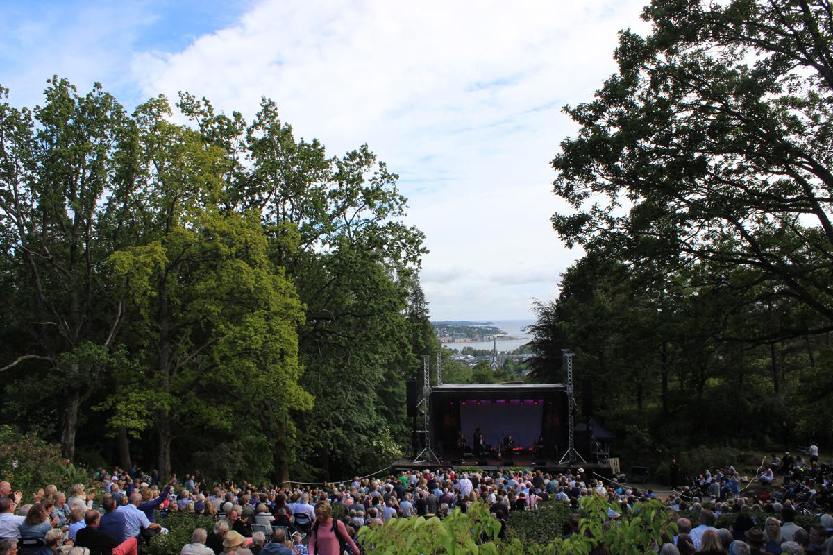Midtåsens herlige hage skaper en idyllisk ramme rundt konsertstedet.