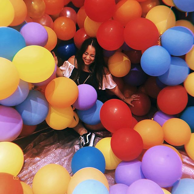I try not to let #chronicpain get in the way of having some fun🎈check out my partnership with @nlofibromyalgia on #everythinghurts for 4 ways you can feel better with #fibromyalgia 💜 link in bio
