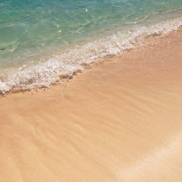 a little piece of peace in the chaos that's been my life lately. the #pinksandbeach at our resort in #Bermuda seems to hold some healing powers � #spoonie #travels
