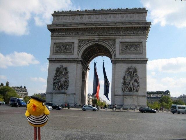 Pulcina at the Arc de Triomphe
