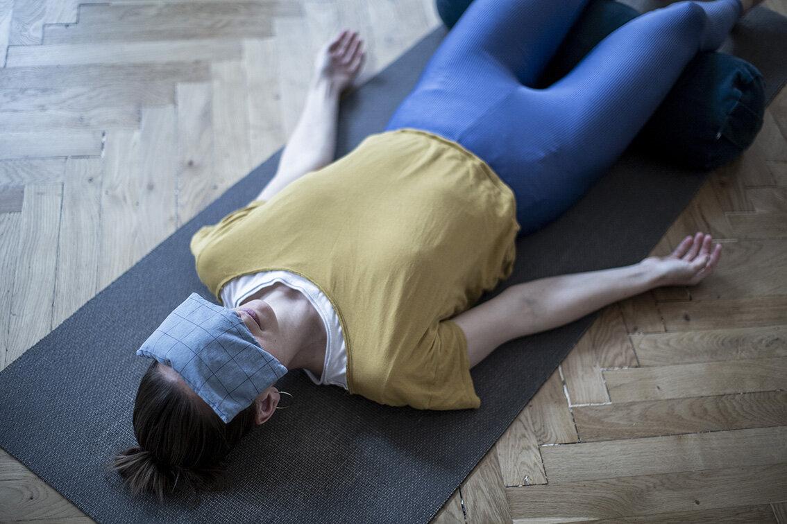 4R4C4981 - savasana afspændig yoga ro øjenpude liggende.jpg