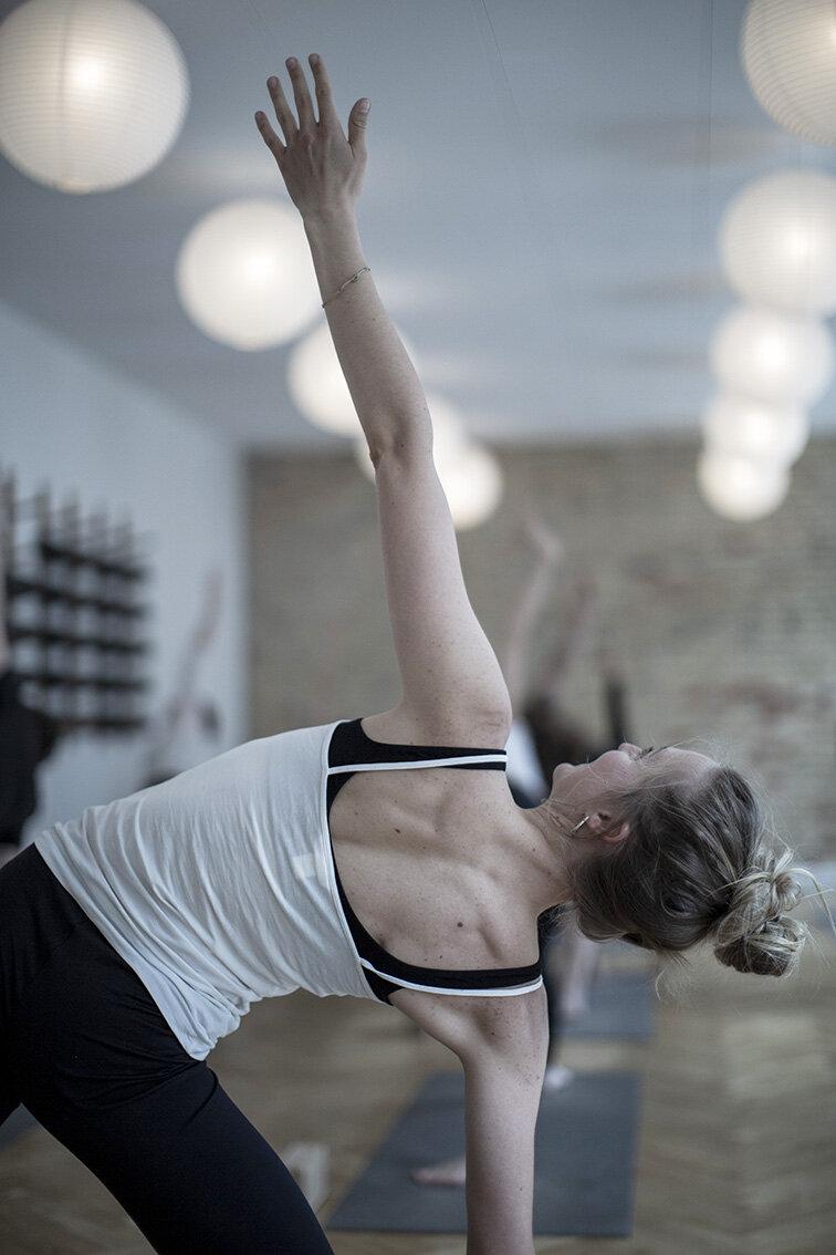 4R4C4913 - trekantsstilling yoga lærer.jpg