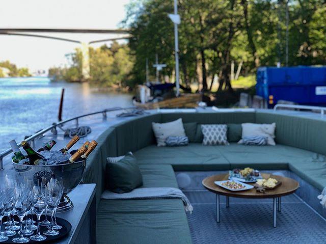 Getting ready for a sunny evening on the best rooftop terrace of Stockholm!  #getawaydeluxe #rooftop #marinecabin #visitstockholm #luxurygetaway #yachtlife #weekendgetaway #holidayhome #visitsweden