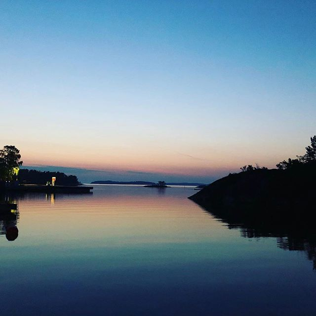 This could be your sunset this summer! The marine cabin is on the island Möja from June 19 - August 19. Use the code MIDSOMMAR when booking and you'll get a 15% discount on your stay. #getawaydeluxe #stayinamarinecabin #midsummer #midsommat #getawaysoon #weekendgetaway #visitsweden #visitstockholm #lovemyview #holidayhome #yachtlife #seaview 📷 by @qrooz