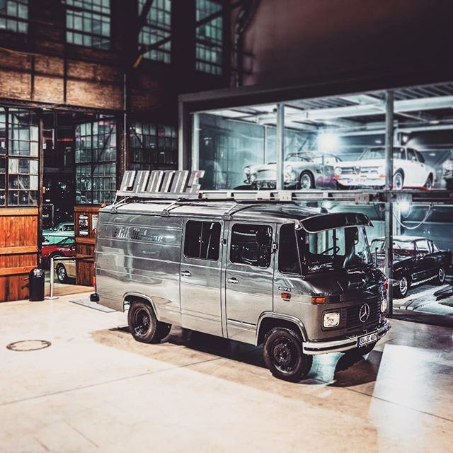 Ein #Düdo in der automobilen #highsociety ? Darf der das... als nicht #vwbus ? 😝#revolution #romantikstinkt #classicremise #oldtimer #classic #classiccar #mercedes #mercedesbenz #daimler #düsseldorf #bulli #photobus #fotobus #photobooth #fotobox #event #messe #promotion #marketing #photography #car #cars