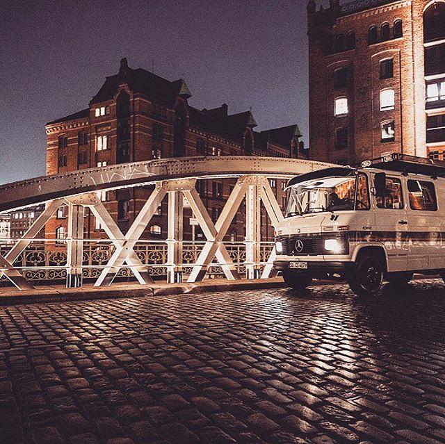 Obwohl #romantikstinkt und obwohl #Hamburg Abfeiern nicht sehr undergroundig ist: gönnt dem Cliff doch mal etwas #Kitsch... #newwork #newworkcity #nwx18 #cliffmclane #orion #photobus #fotobus #fotobox #photobooth #fotobulli #oldtimer #classiccar #daimler #mercedes #mercedesbenz #event #messe #promotion #marketing #hafencity #hafen #vwbus #car