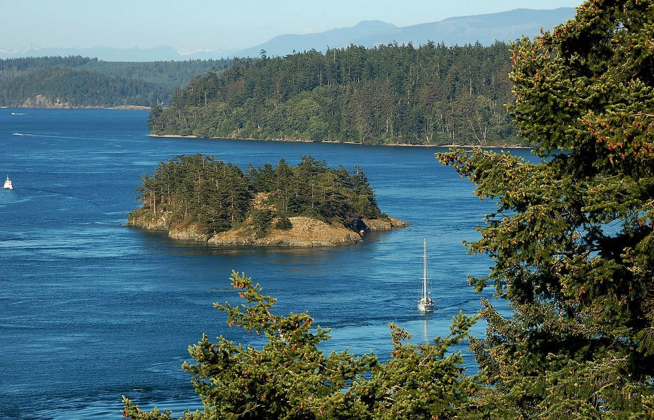 Deception_Pass,_Puget_Sound,_Washington_State_-_panoramio.jpg