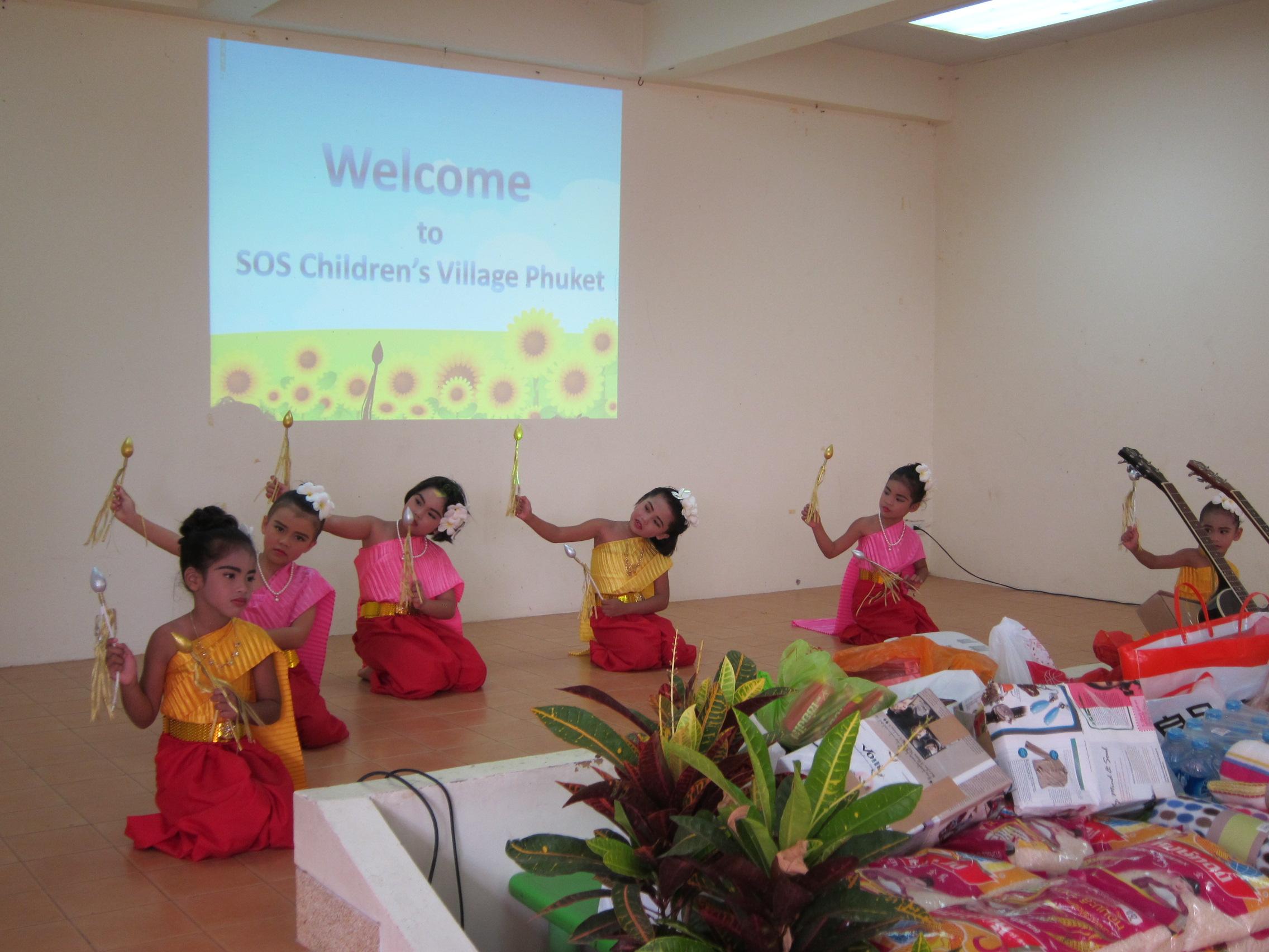 Thai Girls Doing Traditional Dance