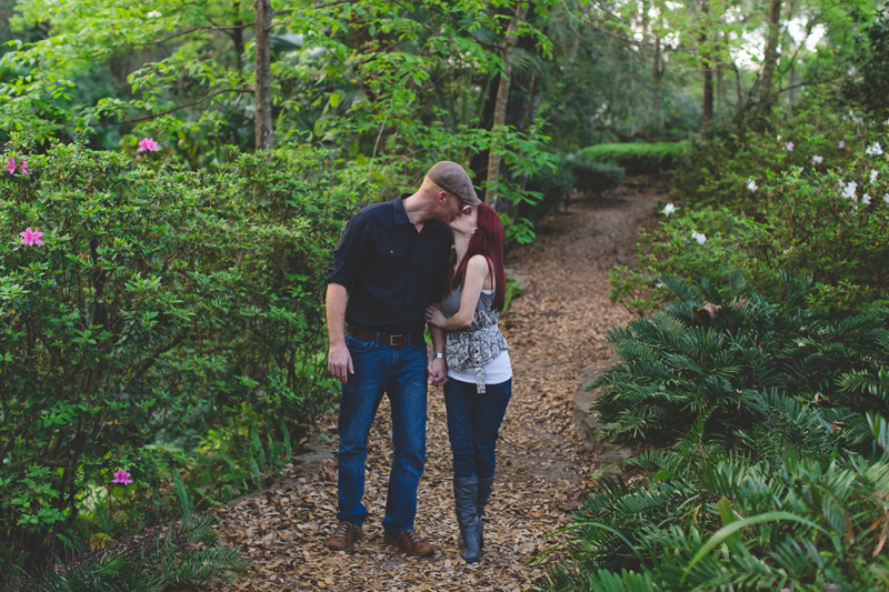 Outdoor Orlando Engagement Session | couples walking poses