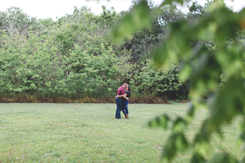 lakeland park engagement photo couple in field
