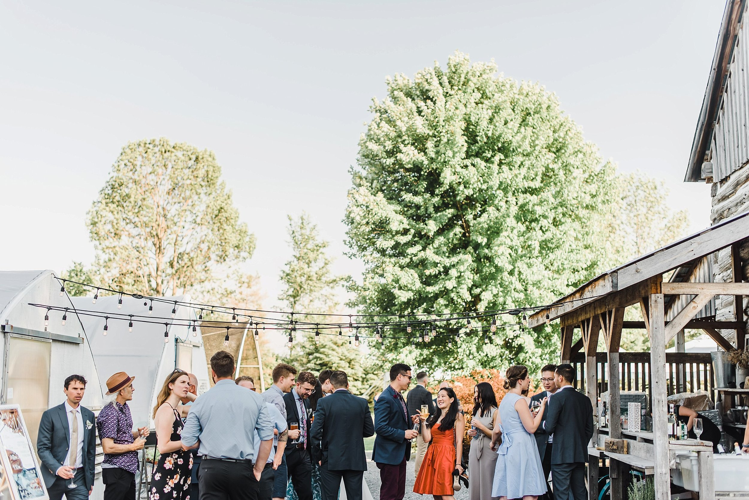 Becca and Kendrick wanted a relaxed and fun ambiance at their wedding and that's exactly what they achieved. Live music played while everyone enjoyed their drinks and cocktail-style food from Les Flavoureux.