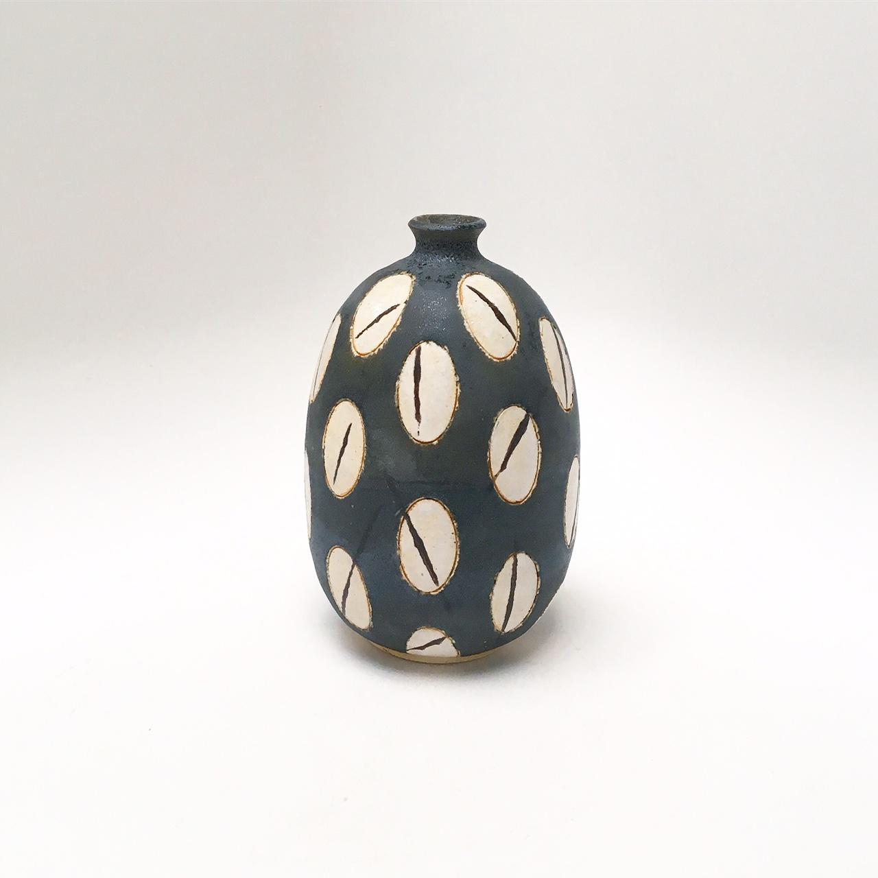Contrast Seeds Vase
