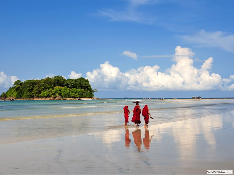 8-monks_at_ngwe_saung_beach.jpg