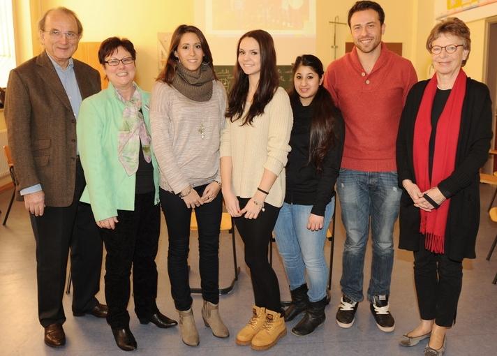 Hans Schoeffel (links) und Ingrid Schoeffel (rechts) zu Besuch bei Schülerinnen und Schülern der geförderten Elise-von-König Schule in Stuttgart.  (Bürgerstiftung Stuttgart, 2014)