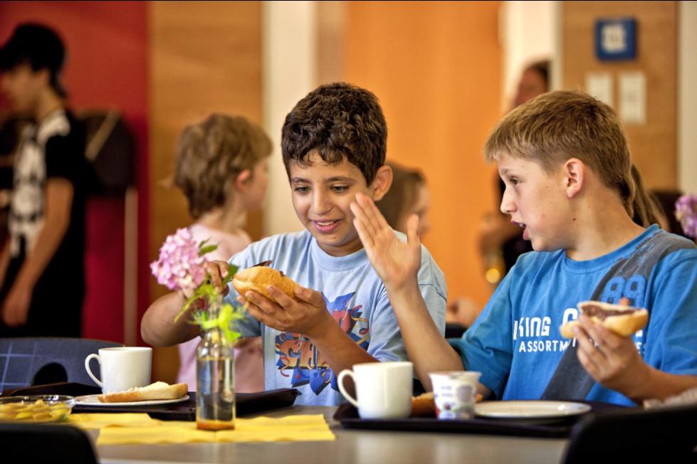 Kinder am Frühstückstisch.png