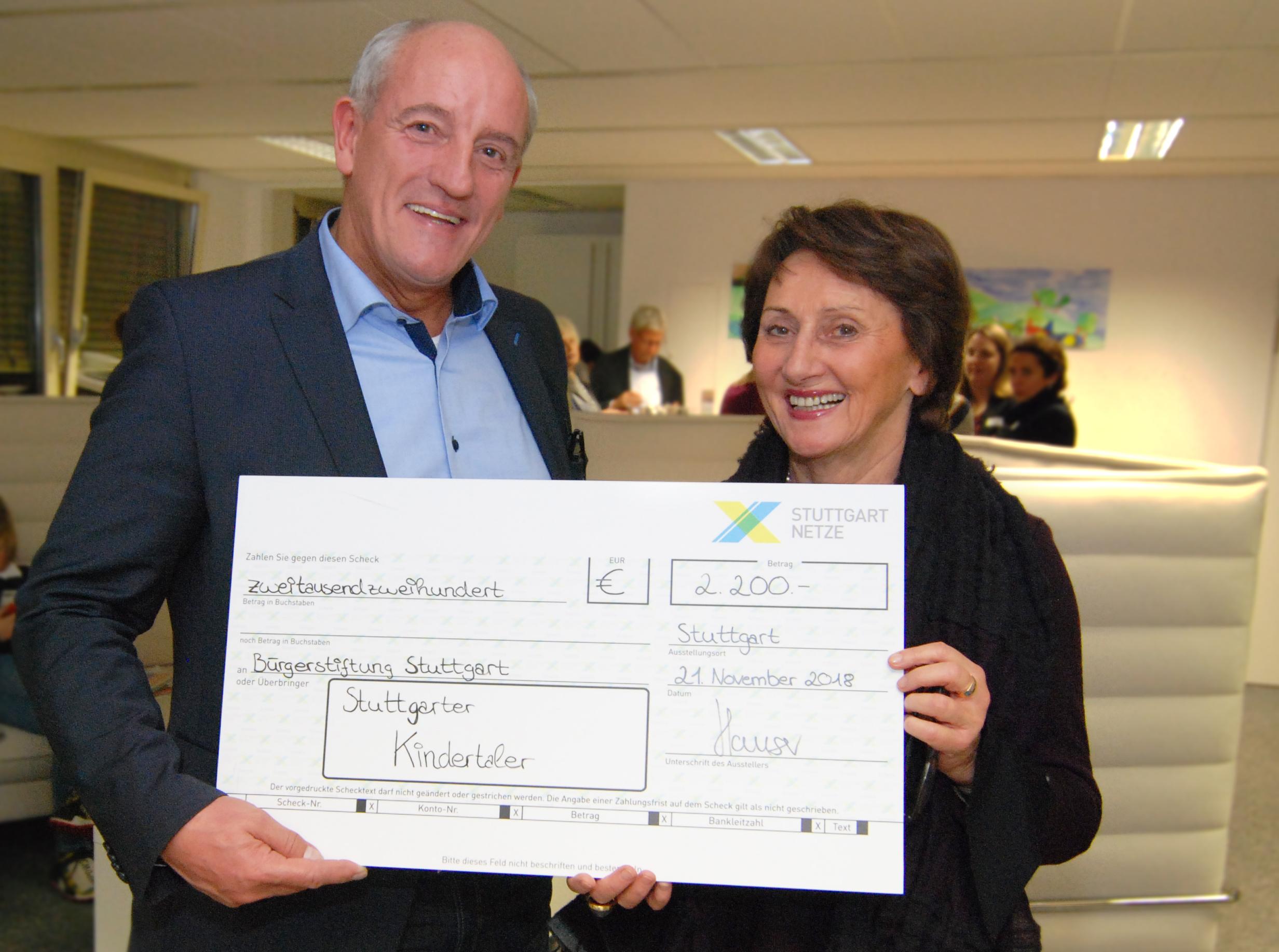 Helga Breuninger (Vorsitzende des Vorstandes) bedankt sich bei Harald Hauser (Stuttgart Netze) für die Spende und nimmt den symbolischen Scheck über 2.200 Euro während der diesjährigen Stifterversammlung der Bürgerstiftung Stuttgart am 21.11.2018 entgegen.  (Foto: Bürgerstiftung Stuttgart)