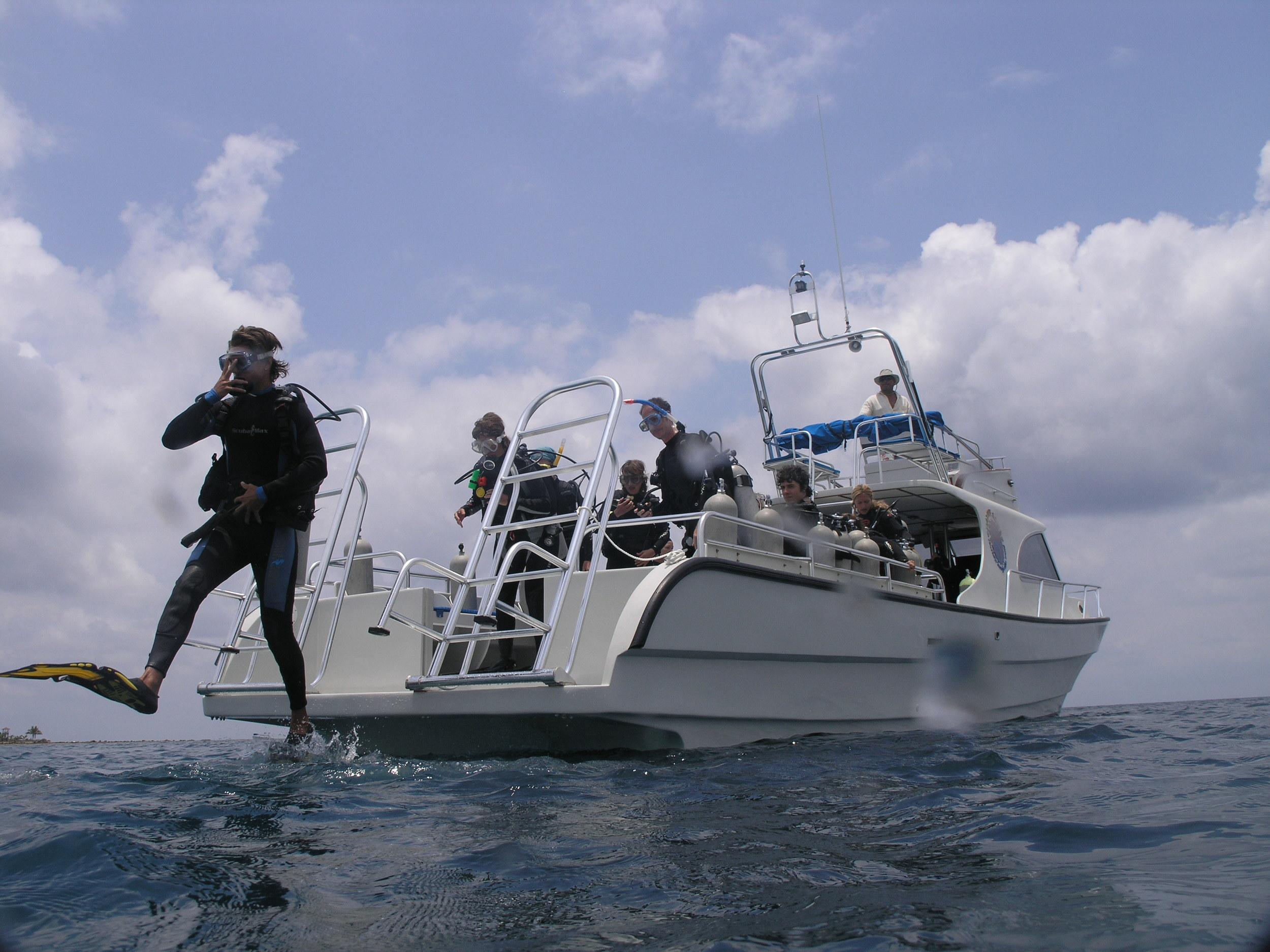 Giant Stride entry, scuba diving, Roatan