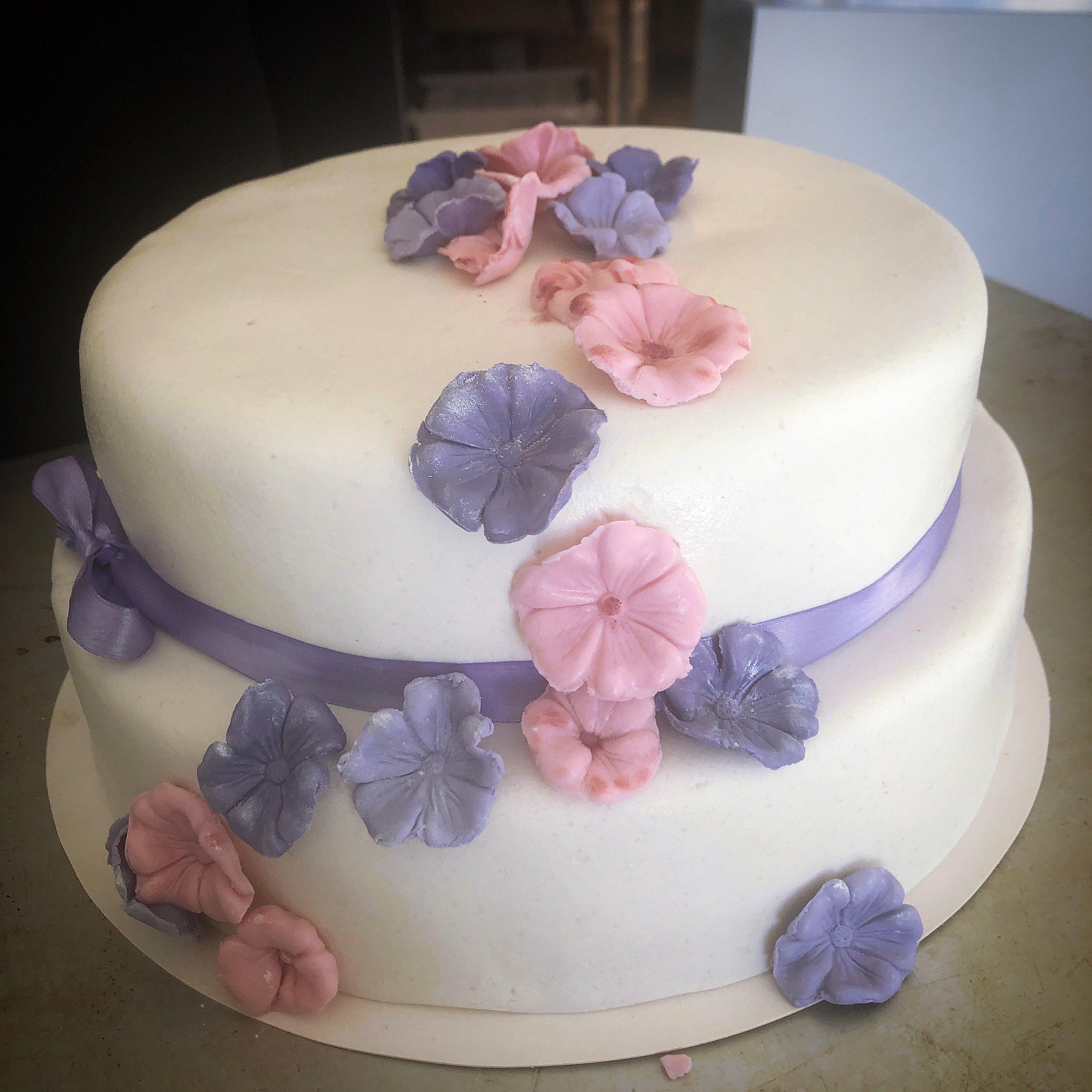 Beställ bröllopstårtan, babyshower, doptårta hos oss.