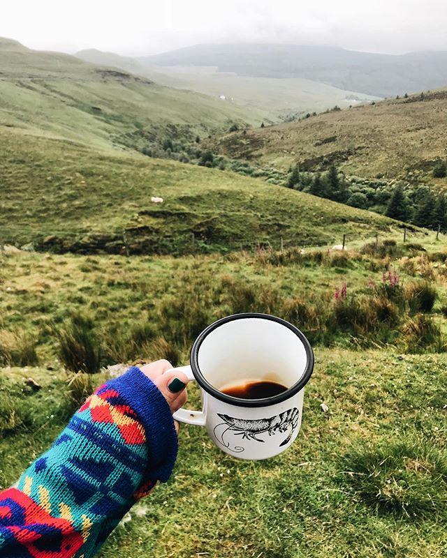 Morning 💚 Het liefst drink ik koffie met dit soort uitzichten (Isle of Skye aaaaahhh 😍) maar vandaag gewoon vanuit bed is ook heel fijn. Toch mis ik Schotland echt nog meer dan ik dacht. Wat een plek!