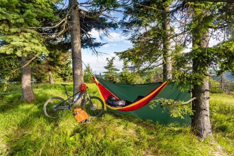 camping-with-hammock-in-summer-woods-on-bike-P7X54SR.jpg